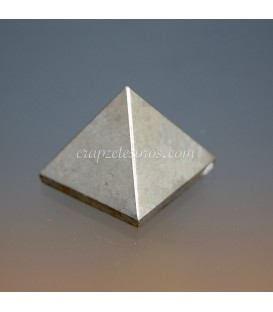 Pirita tallada como pirámide