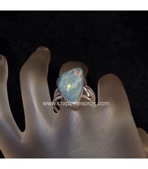 Ópalo arcoiris de Brasil en anillo de plata de ley