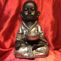 Buda niño de meditación con ofrenda en resina