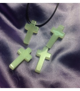 Jade claro en cruz perforada para colgante