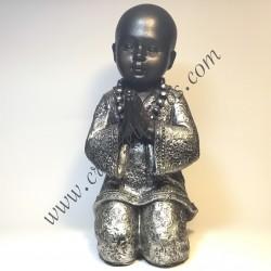 Buda niño orando de rodillas