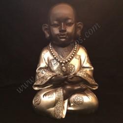 Buda niño negro meditando