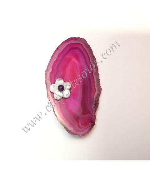 Ágata rosa de Brasil con flor de nácar y esfera de amatista montada como broche aguja